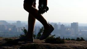 De sportieve mens gaat met een bundel van medailles in Kiev in slo-mo stock videobeelden