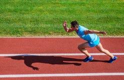 De sportieve vorm van de atletenagent in motie Sportlevensstijl en gezondheidsconcept Mensenatleet in werking om wordt gesteld om royalty-vrije stock fotografie