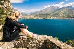 De sportieve vrouw bewondert het panorama van de Ponale-sleep in Riva D royalty-vrije stock foto