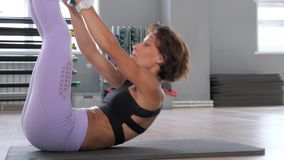 De sportieve vrouw doet abs kraken met vrije gewichts groene schijf op mat stock videobeelden