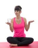 De sportieve vrouw in roze sportkleding het praktizeren yogalotusbloem stelt Stock Fotografie