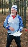 De sportman met een kaart in bos Royalty-vrije Stock Fotografie