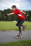 De sportman op rolschaatsen stelt bij snelheid Stock Foto's