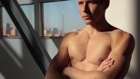 De sportman toont spieren aan stock video