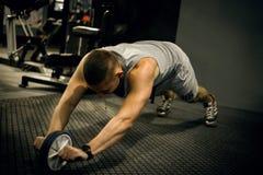 De sportmannen maakt training in opleidingscentrum Stock Afbeelding