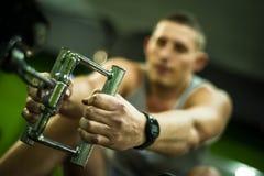 De sportmannen maakt training in opleidingscentrum Royalty-vrije Stock Afbeeldingen