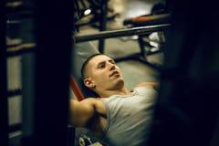 De sportmannen maakt training in opleidingscentrum Royalty-vrije Stock Afbeelding