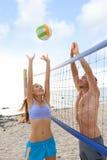 De sportmensen die van het strandvolleyball buiten spelen Stock Foto