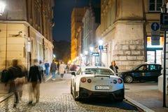 De sportscar die auto GT-r van Nissan NISMO op nachtstraat wordt geparkeerd Niss stock afbeelding