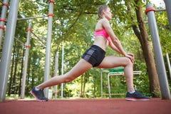De sportvrouw die oefening doen valt op de lenteaard uit royalty-vrije stock foto's