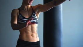 De sportvrouw heft gewicht op, die nadruk bij de ademhaling leggen stock footage