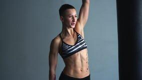 De sportvrouw heft gewicht op, die nadruk bij de ademhaling leggen stock videobeelden