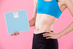 De sportvrouw neemt gewichtsschaal Royalty-vrije Stock Afbeeldingen