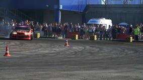 De sportwagen drijft in langzame motie af stock videobeelden