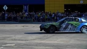 De sportwagen drijft in langzame motie af stock video