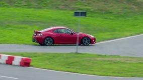 De sportwagen drijft werkelijk door aanzet snel het het rennen spoor stock footage