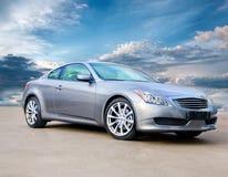 De sportwagen van de luxe tegen heldere bewolkte hemel Royalty-vrije Stock Afbeelding