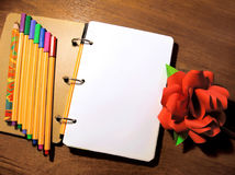 De spot op het document van het de penpotlood van het notaboek nam de foto van de pioenbloem toe stock afbeeldingen