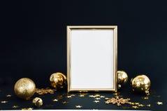 De spot op kader op donkere achtergrond met Kerstmisdecoratie schittert sneeuwvlokken, snuisterijen, klok en sterrenconfettien Ui stock foto's