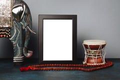 De spot op kader en beeldje van olifant en Shiva ` s trommelen Damar met rudrakshaparels Etnisch Shiwais-beeld royalty-vrije stock afbeeldingen