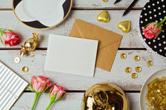 De spot van de groetkaart op malplaatje met roze bloemen en chocolade op houten achtergrond Mening van hierboven Royalty-vrije Stock Foto