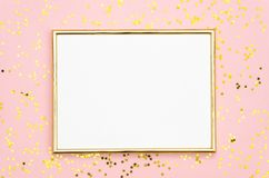 De spot van het fotokader omhoog met ruimte voor tekst, gouden lovertjesconfettien op roze achtergrond Leg Vlakke, hoogste mening royalty-vrije stock foto