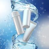 De spot van de roomfles omhoog in waterplons op blauwe achtergrond Royalty-vrije Stock Foto's