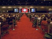 De spreker bij podium spreekt bij middagmaal die de Presidentsvrouwen van de staat voor de vlag 17 November, 2004 van de staat in stock fotografie