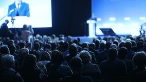 De spreker vertelt de toespraak op conferentie Het Bureau van de de Conferentievergadering van het bedrijfsmensenseminarie Opleid stock footage