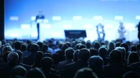 De spreker vertelt de toespraak op conferentie Het Bureau van de de Conferentievergadering van het bedrijfsmensenseminarie Opleid stock video