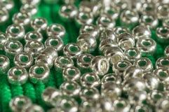 De spridda pärlorna av silvrig färg Fotografering för Bildbyråer