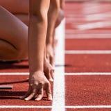 De sprinters beginnen op spoor en gebied Stock Fotografie