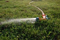 De sproeier van de tuin op het gazon Royalty-vrije Stock Foto's
