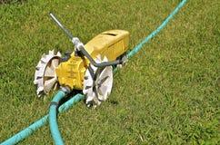 De sproeier van het tractorwater aan slang wordt aangesloten die Royalty-vrije Stock Fotografie