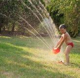 De sproeierpret van het water stock foto