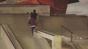 De sprong van de rolschaatser op rand van springplank, tik op wedstrijd in skatepark tekortkoming competition stock video