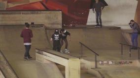 De sprong van de rolschaatser op springplank op wedstrijd in skatepark uitdaging competition extreem stock footage