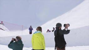 De sprong van de twee cameramanspruit snowboarder van springplank extreem Zonnige dag Sport stock footage