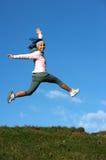 De sprong van de vrouw in openlucht stock afbeelding