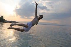 De sprong van de zonsondergang stock fotografie