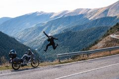De sprong van het rotsn broodje van geluk de berg van het motorfietsavontuur, enduro, van weg, mooie mening, gevaarsweg in bergen royalty-vrije stock fotografie