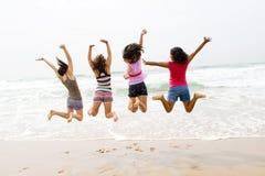 De sprong van het strand Stock Fotografie