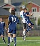 De sprong van het voetbal voor de bal Stock Afbeeldingen