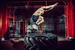 De sprong van de trainingmens in lucht op band Stock Foto's