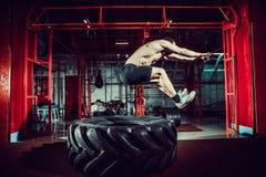 De sprong van de trainingmens in lucht op band Stock Afbeeldingen