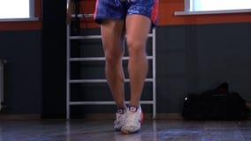 De sprongen van de atletenbokser op een touwtjespringen Front View De lengte van de glijdende bewegingsnok stock videobeelden