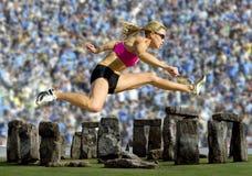 De Sprongen van de atleet over Stonehenge met een Menigte royalty-vrije stock foto