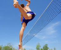 De sprongen van de tiener hoog aan salvo Stock Foto's