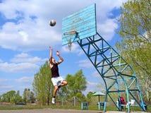 De sprongen van de tiener na basketbal Stock Foto's