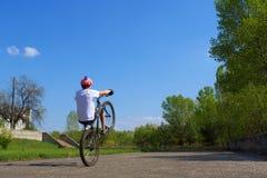 De sprongen van de tiener op fiets Stock Afbeelding